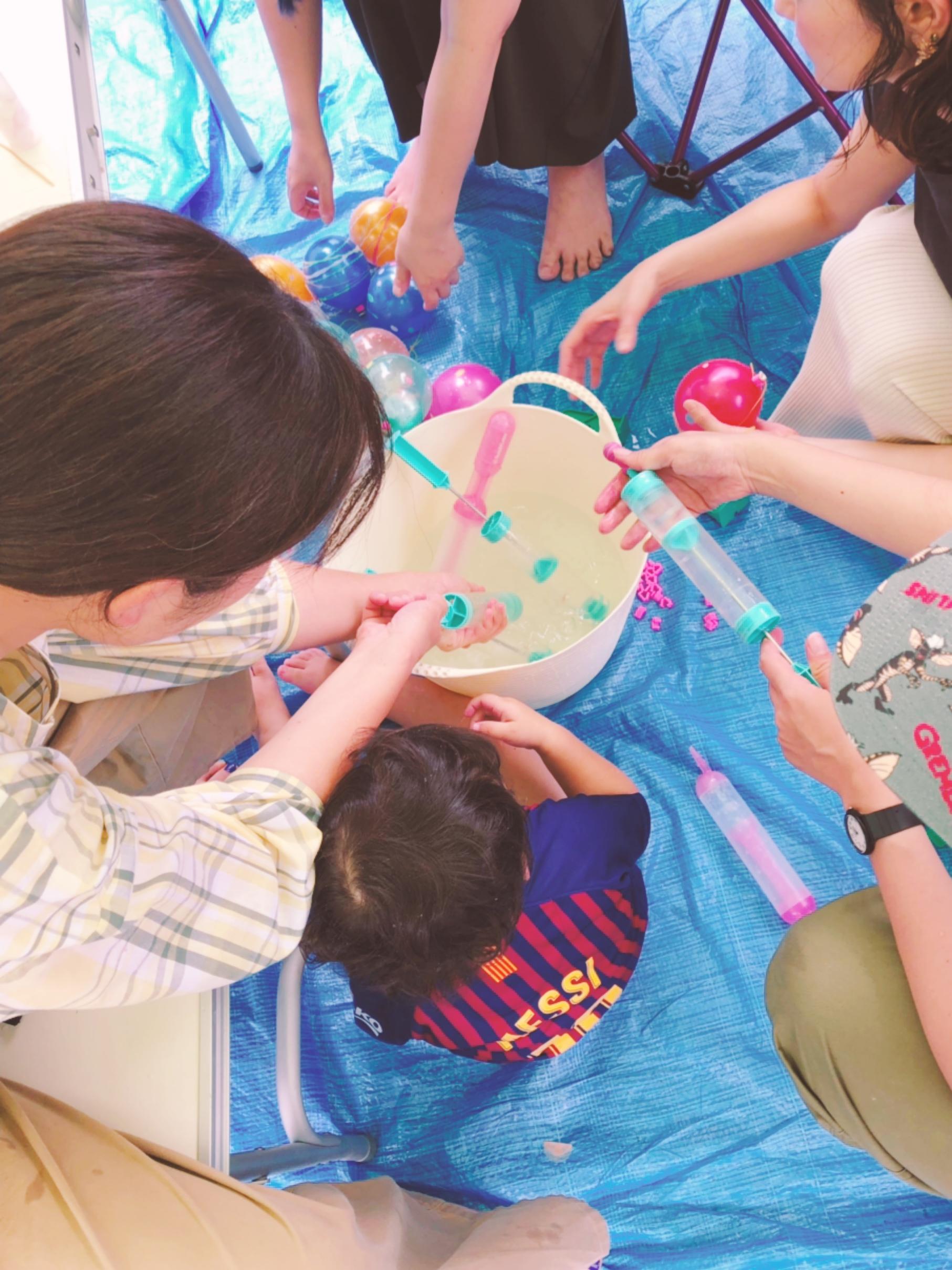 子供会の盆踊りの準備:ヨーヨー400個を作る様子
