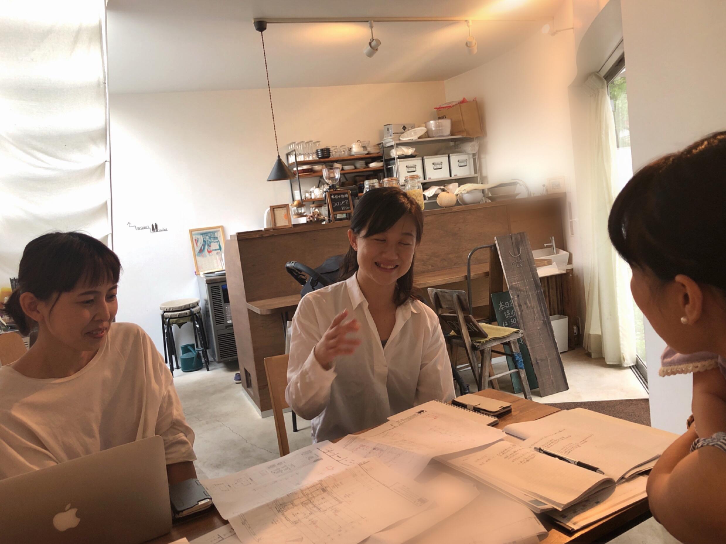 設計事務所の代表である舞さん(右)と千恵さん(左)